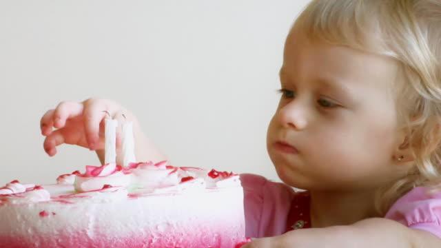 vídeos y material grabado en eventos de stock de pastel de nacimiento de bebé - luz de vela