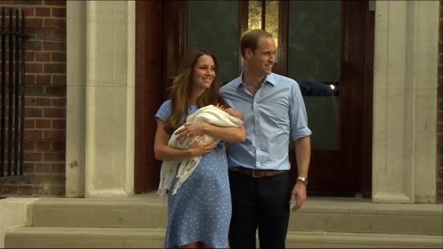 vídeos de stock e filmes b-roll de birth of prince george prince william and catherine duchess of cambridge leave the lindo wing of st mary's hospital with their newborn baby son... - 2013