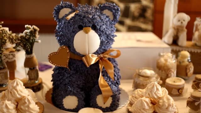vidéos et rushes de gâteau d'anniversaire ours sur la table - gâteau d'anniversaire