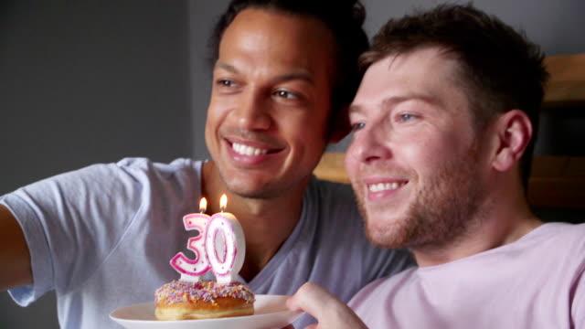 vídeos de stock, filmes e b-roll de selfies de bolo de aniversário - homem homossexual