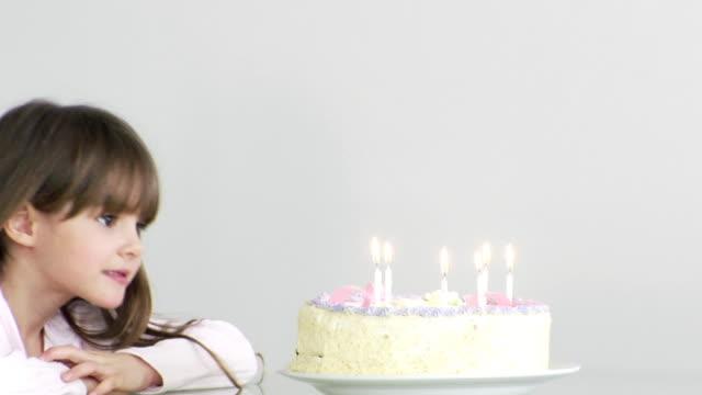vídeos de stock, filmes e b-roll de garota de bolo de aniversário - soprando