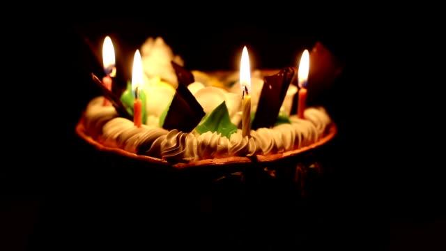 vídeos de stock e filmes b-roll de birthday cake on black background - hd format