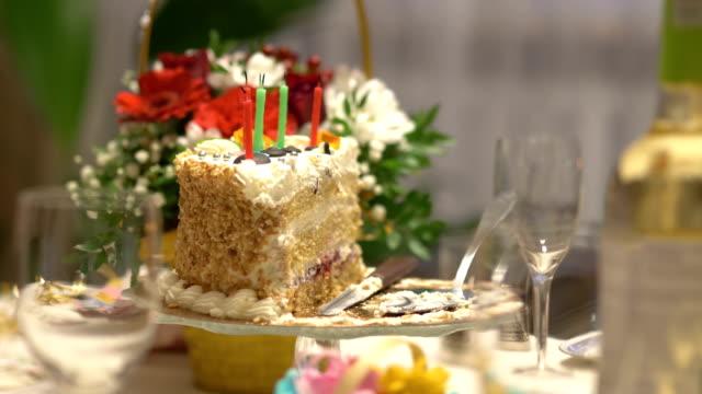Verjaardagstaart met kaarsen in slowmotion 4k