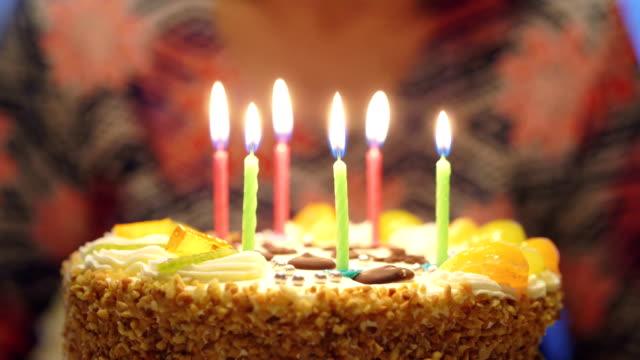 Verjaardag kaarsjes op de taart wordt geblazen in slowmotion 4k