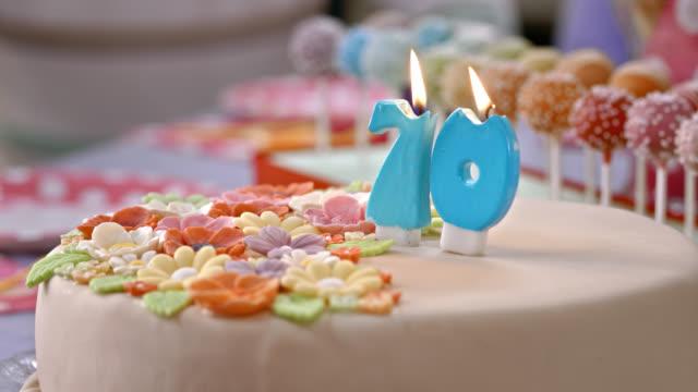 vídeos y material grabado en eventos de stock de velas de cumpleaños pastel siendo soplado que - 65 69 años