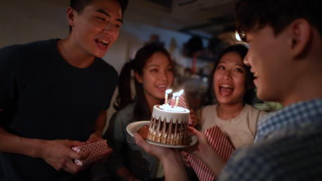 誕生日のお祝い - birthday点の映像素材/bロール