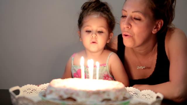 vídeos de stock, filmes e b-roll de aniversariante soprando velas - 2 3 anos