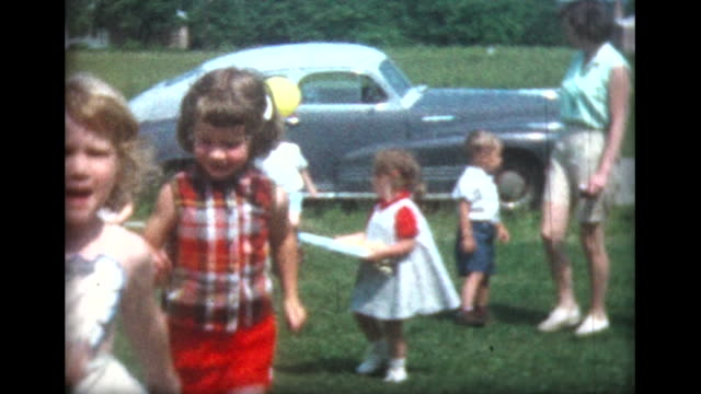 vidéos et rushes de 1959 birthday party for two year old girl - 1950 1959