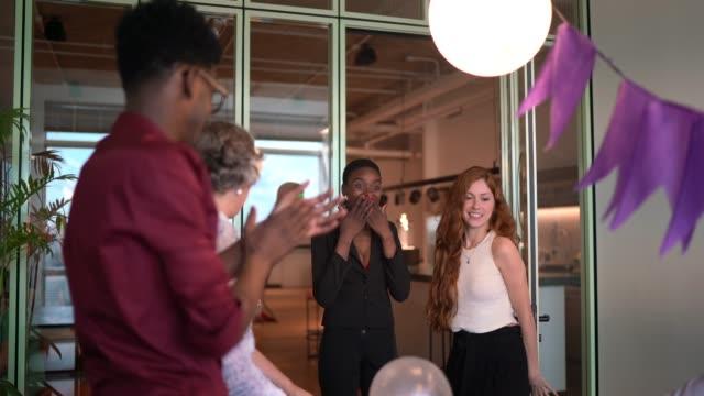 vídeos y material grabado en eventos de stock de fiesta sorpresa de cumpleaños para mujer de negocios en la oficina - trabajador fijo