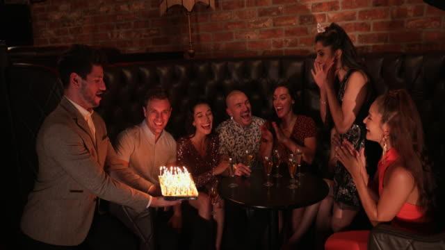 vídeos de stock, filmes e b-roll de surpresa de aniversário - 25 30 anos