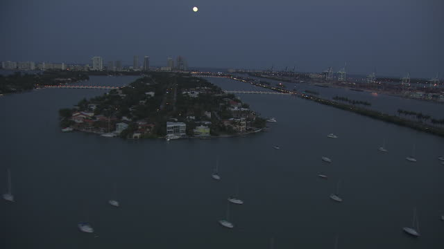 stockvideo's en b-roll-footage met ws biscayne bay anchored boats islands vehicles w/ headlights on driving up down macarthur causeway miami beach bg - biscayne bay