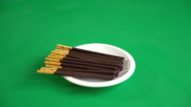 vídeos y material grabado en eventos de stock de palillo de la galleta con chocolate en pantalla verde - palo parte de planta