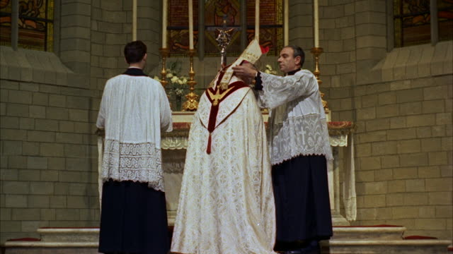 vidéos et rushes de ms bishop and assistants at altar - prêtre