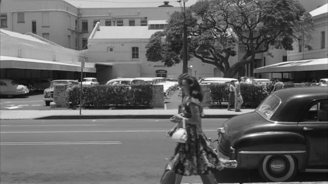 ms bishop street with people and traffic moving at honolulu hawaii - anno 1959 video stock e b–roll