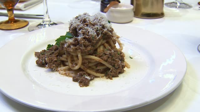 wgn bison meat bolognese with thick noodles at the evanston illinois restaurant the barn on jan 11 2017 - spaghetti alla bolognese video stock e b–roll