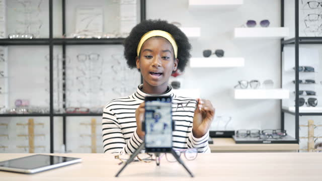 vídeos de stock, filmes e b-roll de 4k black african teenage girl vlogging - só uma adolescente menina