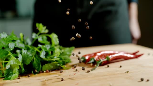 slo mo ブラック、胡椒、テーブルの上に落ちて - スーパースローモーション点の映像素材/bロール