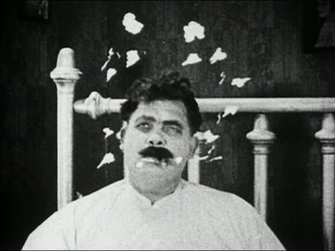 "vídeos de stock, filmes e b-roll de black and white 1924 medium shot animated question mark appearing over head of man in bed / ""picking peaches"" - perguntando"
