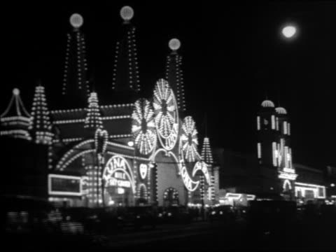 vídeos y material grabado en eventos de stock de black and white 1940 lit buildings of luna park with traffic in foreground at night / coney island, ny / industrial /audio - 1940