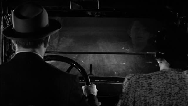 "black and white 1940s car point of view man and woman driving at night from ""her kind of man"" - över axel perspektiv bildbanksvideor och videomaterial från bakom kulisserna"