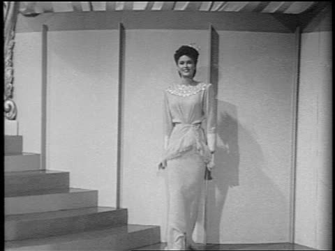 vidéos et rushes de black and white 1943 powers models modeling evening dresses and posing together / feature /audio - marches et escaliers
