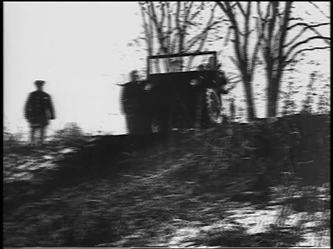 vídeos de stock e filmes b-roll de black and white 1944 military jeep coming over hill in winter / industrial /audio - jeep