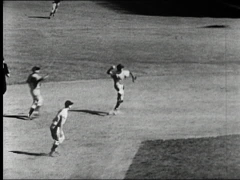 black and white 1952 high angle medium shot baseball / batter hitting into triple play / ny yankees vs. cleveland indians / audio - 1952 個影片檔及 b 捲影像