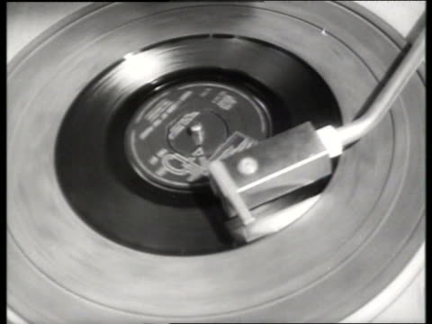 stockvideo's en b-roll-footage met black and white 1965 close up of record playing on record player / audio - draaitafel