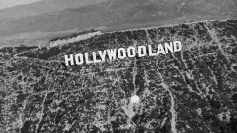 """1930 black and white aerial view of """"hollywoodland"""" sign / los angeles, california - 1930 bildbanksvideor och videomaterial från bakom kulisserna"""