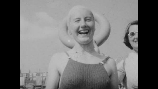 vidéos et rushes de black and white archival home movie footage of a family on holiday in brighton uk circa 1930s - maillot de bain