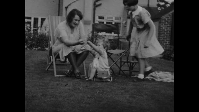 black and white archive home movie footage of british holidaymakers at home in the seaside resort of sandown on the isle of wight circa 1940s. - 社会史点の映像素材/bロール