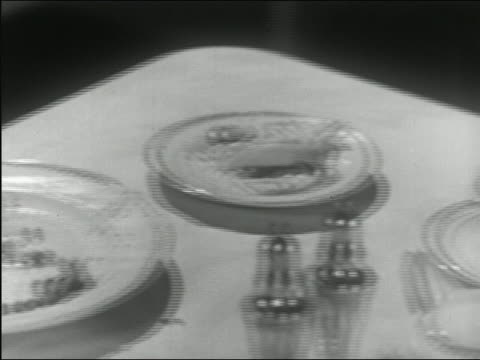vídeos y material grabado en eventos de stock de 1945 black and white close up boy gathering peas on plate with fork / pan man's hands cutting piece of steak - modales de mesa