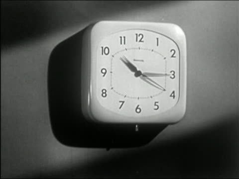 stockvideo's en b-roll-footage met 1950 black and white close up clock hands starting at 10:00 and speeding around for twelve hours - klok