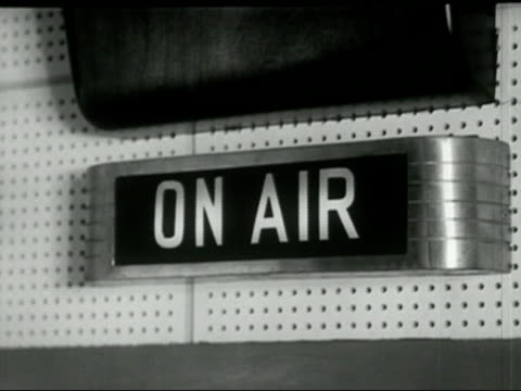 "1958 black and white close up ""on air"" sign at radio studio/ audio - アールデコ点の映像素材/bロール"