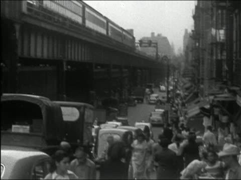 1949 black and white elevated train / traffic and pedestrians on street below / new york city - högbana bildbanksvideor och videomaterial från bakom kulisserna