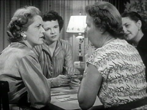 vidéos et rushes de 1952 black and white four women playing bridge and gossiping - prelinger archive
