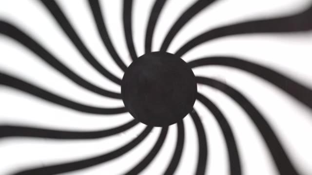 ブラックとホワイトの穏やかな丸型のサークルトンネル - 催眠状態点の映像素材/bロール