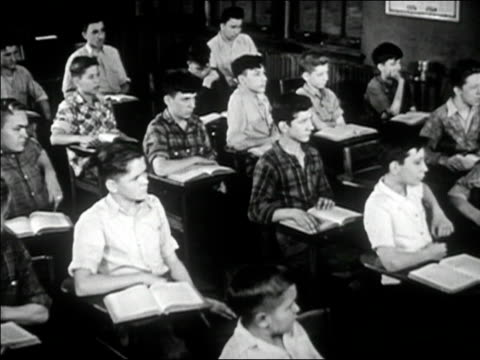1947 black and white medium shot boys sitting at desks in classroom - 16歳から17歳点の映像素材/bロール