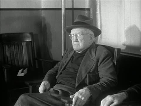 vídeos y material grabado en eventos de stock de 1940s black and white medium shot pan five elderly men sitting in room at nursing home - sentado