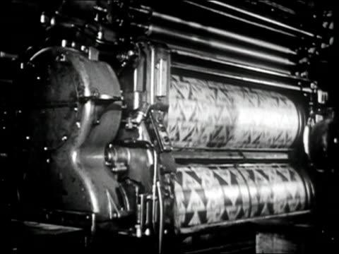 vidéos et rushes de 1947 black and white medium shot rollers spinning around on printing press - tourner