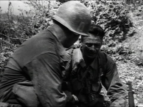 vídeos de stock, filmes e b-roll de 1944 black and white medium shot soldier comforting another crying soldier on front during world war ii - só homens jovens