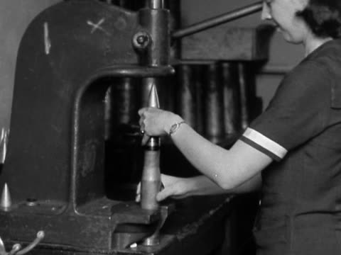vidéos et rushes de black and white medium shot woman putting together shell at factory / aberdeen proving ground, maryland - 1942