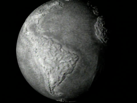stockvideo's en b-roll-footage met black and white spinning globe - digitaal samengesteld beeld