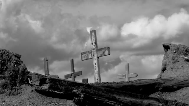 vídeos de stock e filmes b-roll de black and white time lapse of 400 year old cemetery at taos pueblo with moving clouds - cemitério