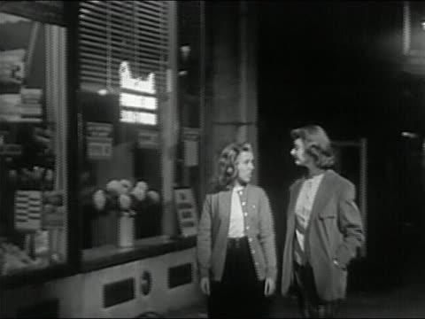 vídeos de stock, filmes e b-roll de 1950 black and white two teenage girls walking past teenage boys / boys whistling at girls - gravata borboleta