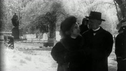 """vidéos et rushes de 1909 black and white wide shot couples strolling through central park in winter / """"politician's love story"""" / new york - 1900 1909"""