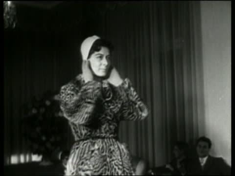 vídeos y material grabado en eventos de stock de black and white woman modeling coat and hat in fashion show / italy / no audio - arts culture and entertainment
