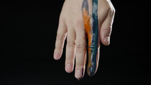 Schwarzem Hintergrund Farbe fällt Sprache Zeitlupe kaukasischen menschliche hand