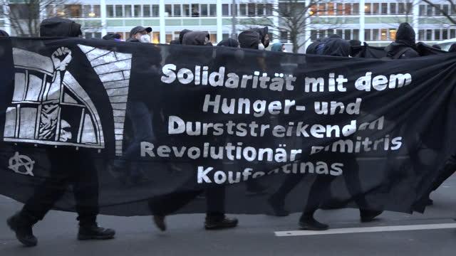"stockvideo's en b-roll-footage met black banner stating ""geboren am 17 november"" is held as around 250 protesters march through the friedrichshain area of berlin, in support of the... - geboren in"