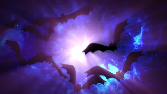 schwarze fledermäuse fliegen in einem strahl von gruseligem licht. halloween-hintergrund. 30 sekunden schleife cg. 16 bit rgb. - clip stock-videos und b-roll-filmmaterial